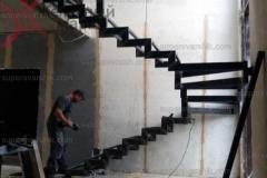 Лестницы на металлокаркасе в дом (23)