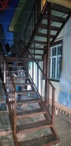 Металлическая лестница с готовыми ступенями